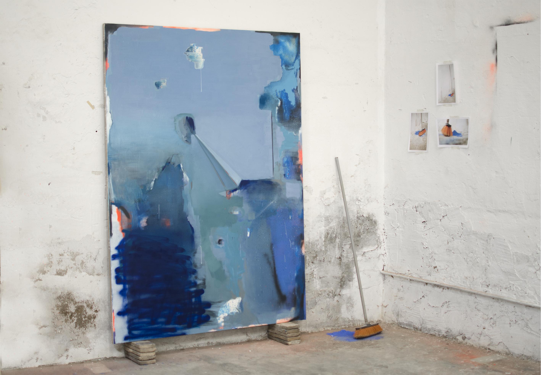 WORK IN PROCESS, 2016, óleo, esmalte y spray sobre lienzo, (200 x 146 cm.), escoba, pigmento y 3 fotografías (A4).